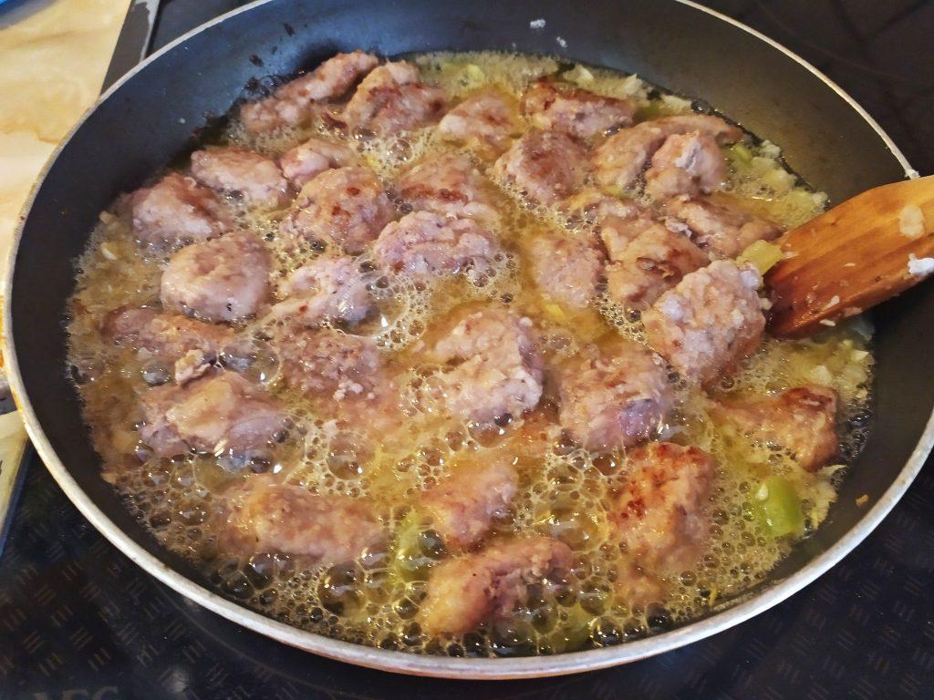 /></figure>    <p>Μόλις μαλακώσει το κρέας και γίνει τρυφερό, ετοιμάζουμε την σος βαλσάμικου.</p>    <p>Σε ένα μπολ, λιώνουμε τον κύβο λαχανικών σε ½ ποτήρι ζεστό νερό. Προσθέτουμε το μέλι ανακατεύουμε να λιώσει,</p>    <figure class=